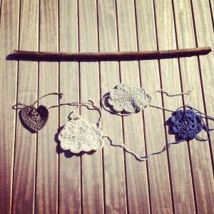 Mobile en crochet et bois