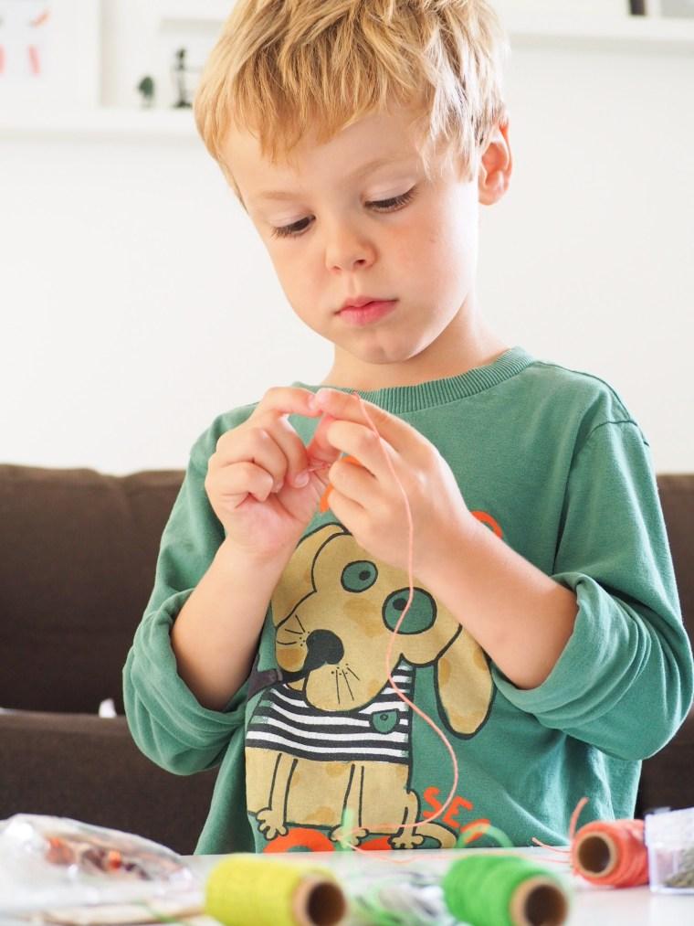 DIY Parents Enfants - Faire des colliers avec des perles lettres
