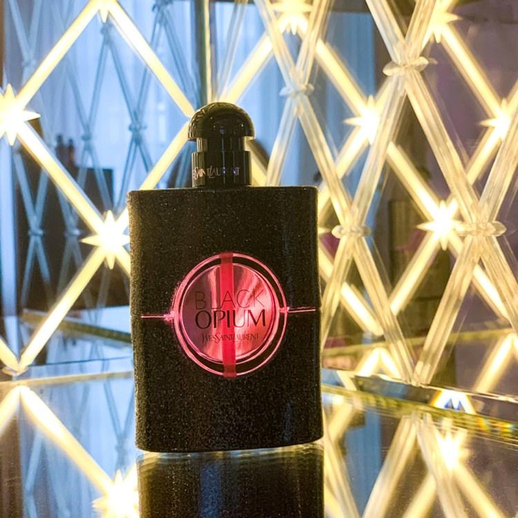 Mon avis sur l'eau de parfum Black Opium Neon d'Yves Saint Laurent histoire test photo rose