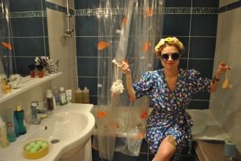 """""""Voilà mes deux accessoires fétiches : une fleur de douche en coton lavable et une brosse pour se laver le visage !"""""""