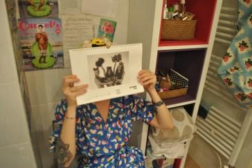 """""""Dans la maison de mes parents, les toilettes étaient la pièce de la maison la plus créative. Chaque membre de la famille la customisait à sa manière. Dans ma salle de bain, au- dessus des toilettes, j'ai mis ce calendrier de photos de nus que mon excolocataire a fait et des caricatures de Luz."""""""