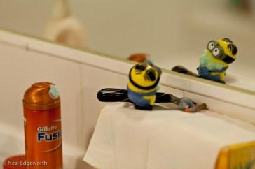 """""""Jour 26 - Bon, j'allais prendre ma douche ce soir et j'ai découvert la salle de bain occupée par Dave le minion, en train de se raser... avec mon rasoir ! Je pense qu'on va devoir discuter dès qu'il sortira de la salle de bain."""" (Crédits : Flickr/CC/nealedgeworth)"""