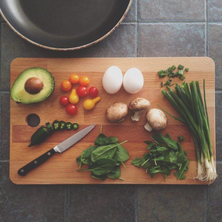 masa plina cu legume si cu un cutit in stanga