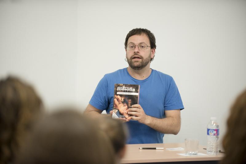 Pablo Navarro presenta un manual de filosofía en lengua de signos en la Universidad Pablo de Olavide
