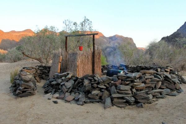ugab-rhino-camp-buiten-douche-namibie-kamperen