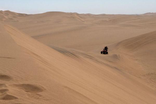 Vol gas door de duinen scheuren