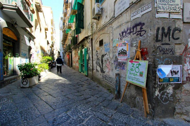 Straten in napels met graffiti