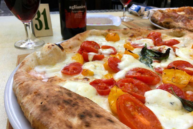 Pizza met tomaten van de Versuvius in Napels