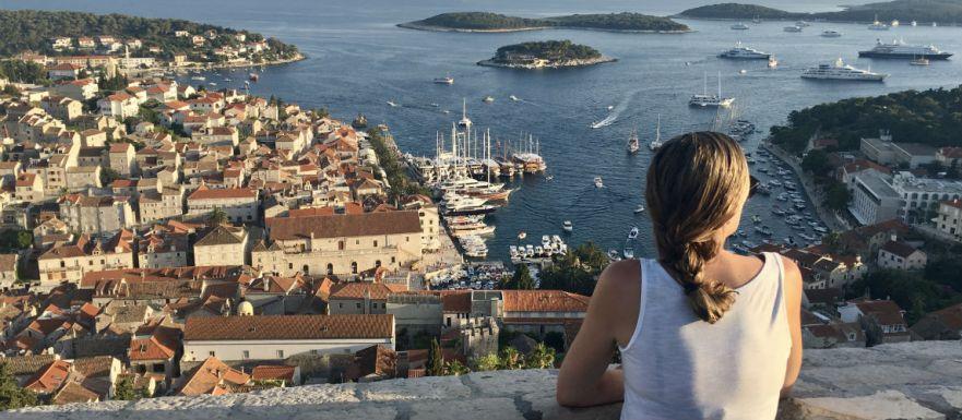 Fantastisch uitzicht op Hvar vanaf het fort in Dalmatie