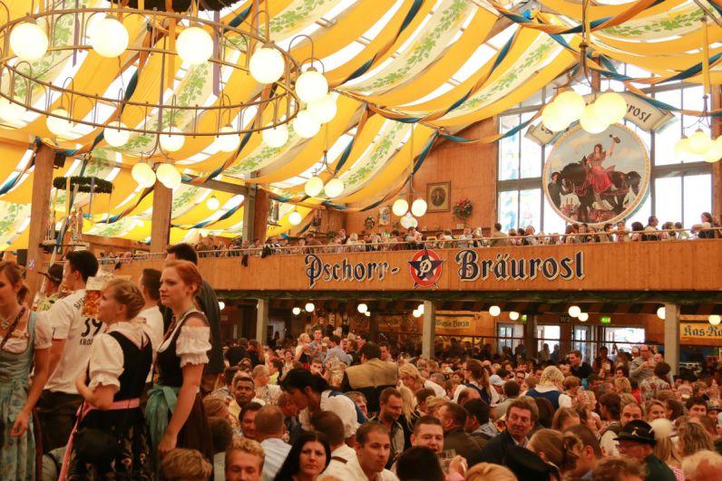Een van de feesttenten op het Oktoberfest in Munchen