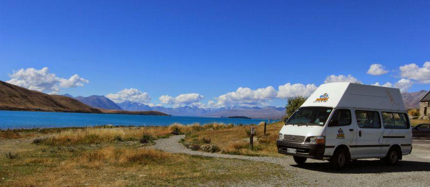 Onze happy camper bij Lake Tekapo in Nieuw Zeeland