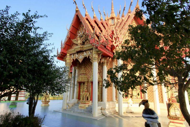 De mooie Wat Tham Sua tempel prijkt hoog op de heuvel boven Kanchanaburi in Thailand