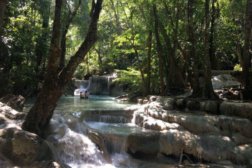 De prachtige Erawan Watervallen in Thailand