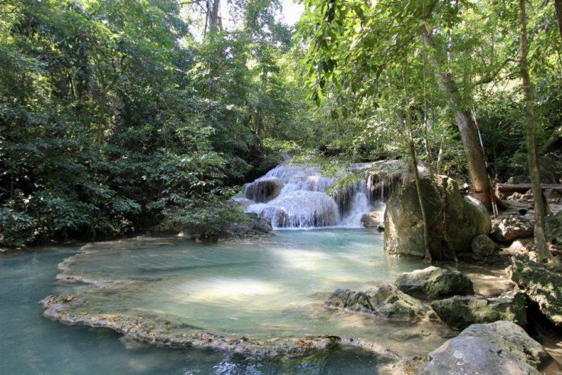De watervallen van Erawan bij Kanchanaburi in Thailand vervelen zeker niet en raad ik je aan te doen in Kanchanaburi