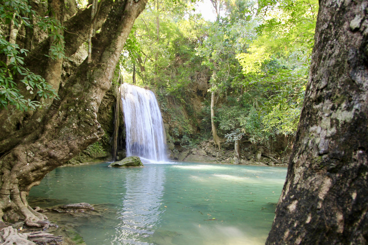 Het turqoize water van de Erawan Watervallen bij Kanchanaburi in Thailand is prachtig