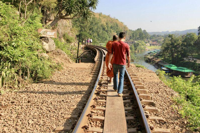 Lopen over de Death Railway bij Kanchanaburi in Thailand