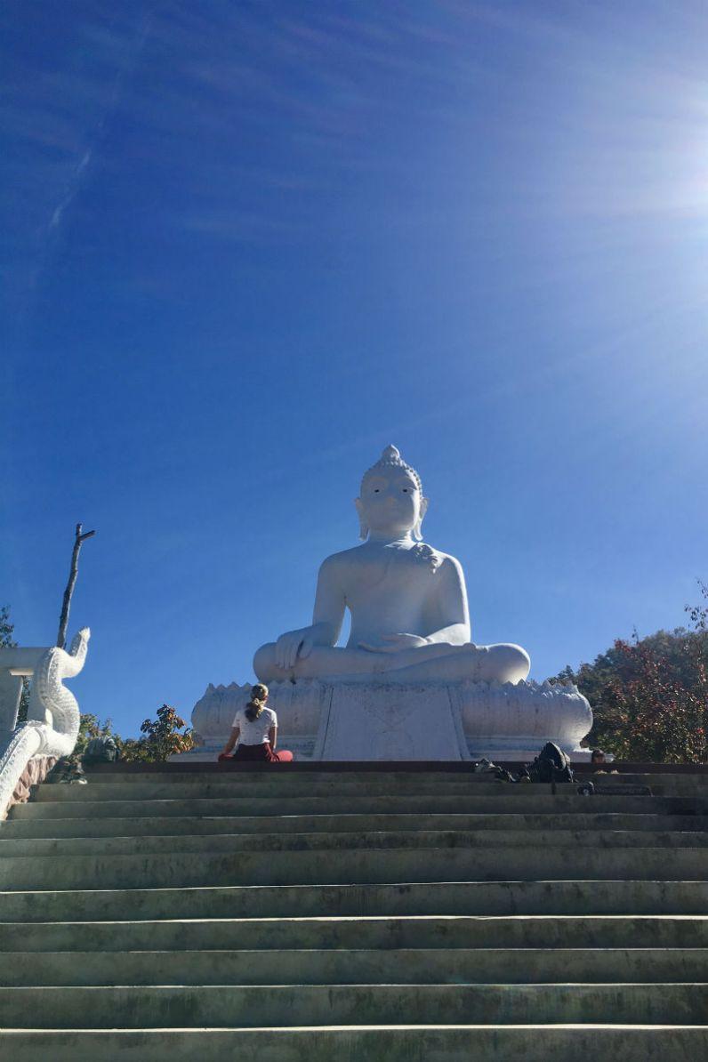 Mooie witte boeddha in Pai Thailand