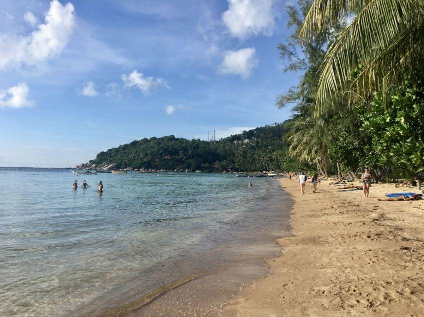 Prachtig lang wit strand van Sairee Beach op Koh Tao