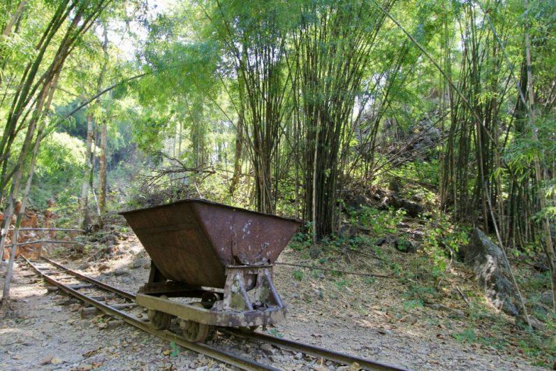 Restanten van het zware werk dat geleverd is bij de aanleg van de spoorlijn Kanchanaburi in Thailand