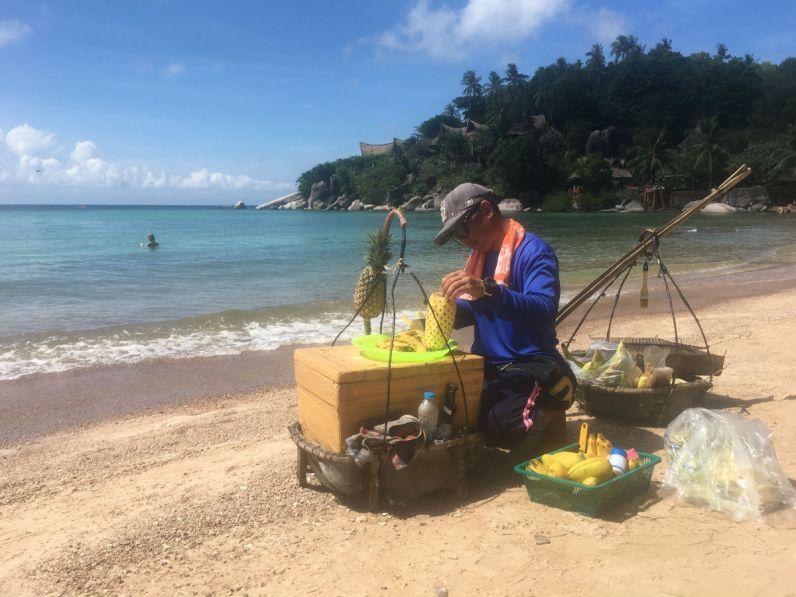 Verse ananas op het strand van Koh Tao