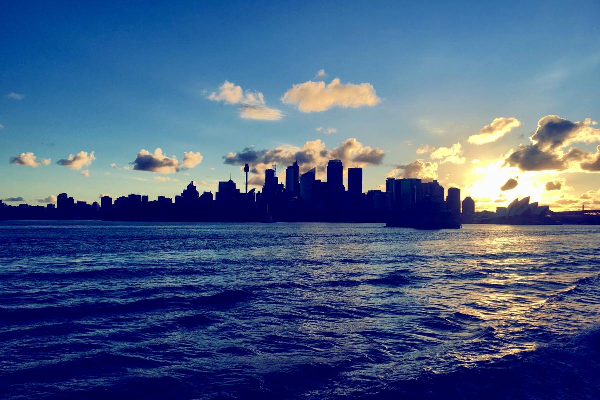 Leven in Sydney de zonsondergang vanaf de ferry