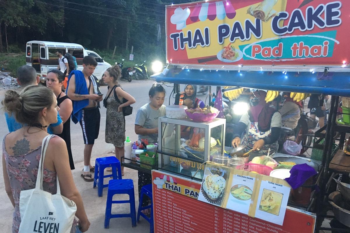 Koop een bananenpannenkoek op Koh Lanta