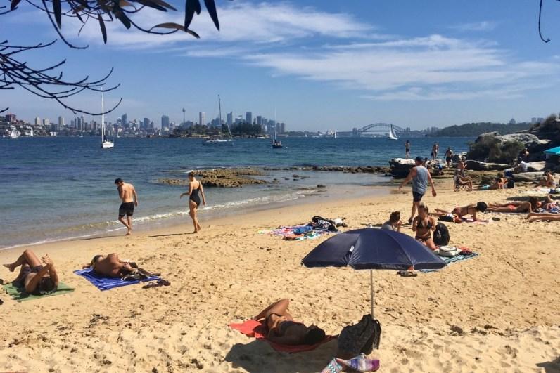 Breng zeker een bezoek aan Milk Beach een van de mooiste stranden van Sydney
