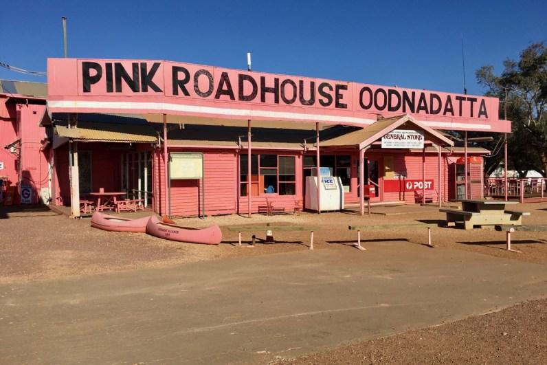 Stop ook zeker bij The Pink Roadhouse als je de Oodnadatta Track rijdt