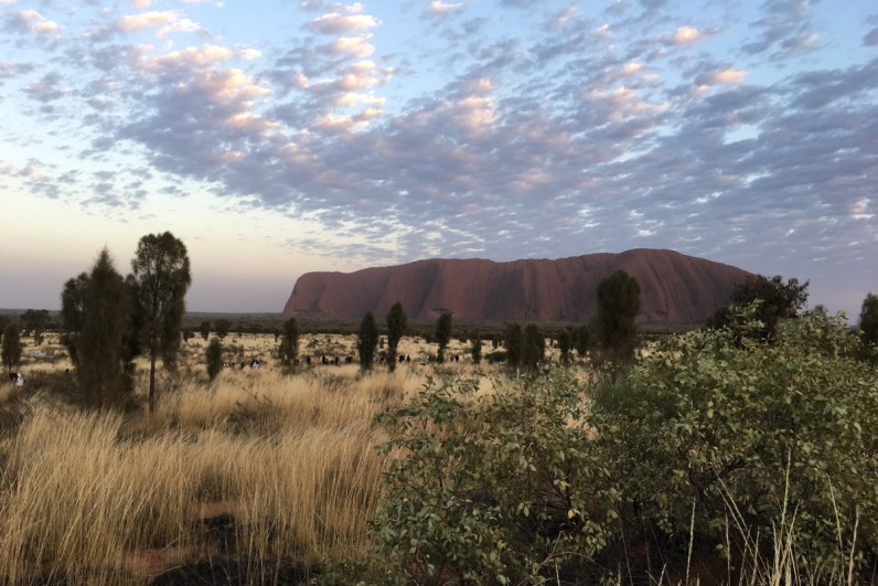 Via de Red Centre Way rijd je naar Uluru waar je de zonsopkomst niet mag missen