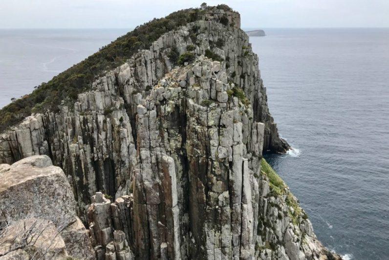 Op ontdekking in Tasmanië in Australië is geweldig voor de hike naar Cape Hauy