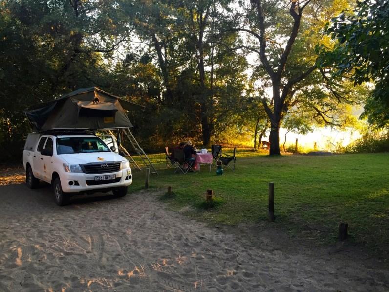 Als je gaat kamperen in Namibie overnacht dan ook bij Ngepi Camp aan de Caprivi Strip