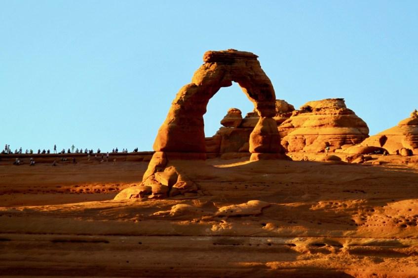 Bekijk de Delicate Arch in Arches National Park met zonsondergang