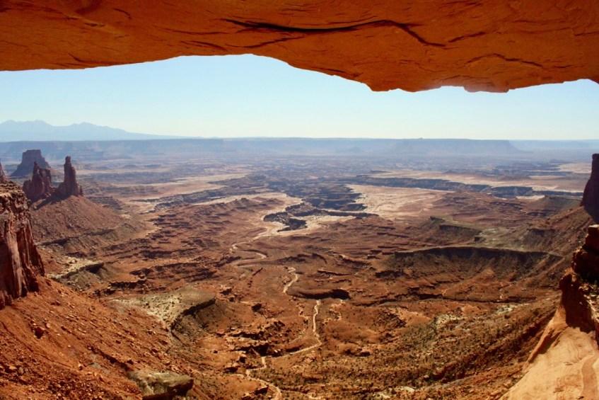 Het uitzicht vanonder de Mesa Arch is magisch en hoort in je route West-Amerika