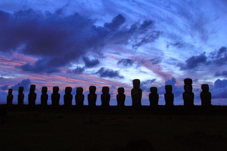 Op Paaseiland moet je zeker de zonsopkomst bekijken bij Ahu Tongariki
