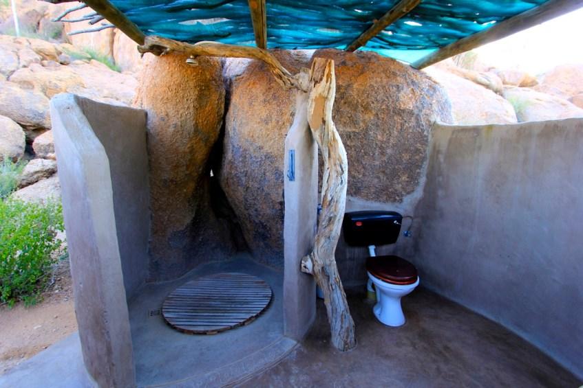 Zelfs het toiletblok bij Mowani Mountain Camp in Namibië ziet er mooi uit