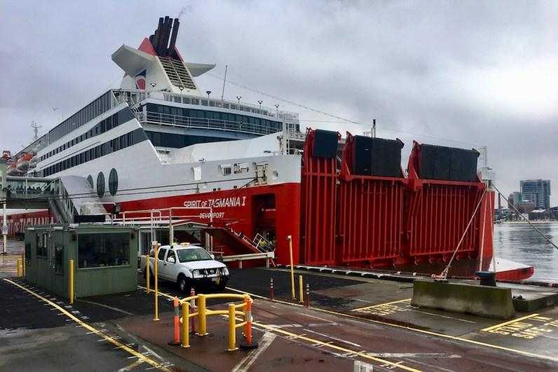 Hoe kom je op Tasmanie? Neem de ferry Spirit of Tasmanie en reis naar Devonport en vanuit daar naar Hobart.