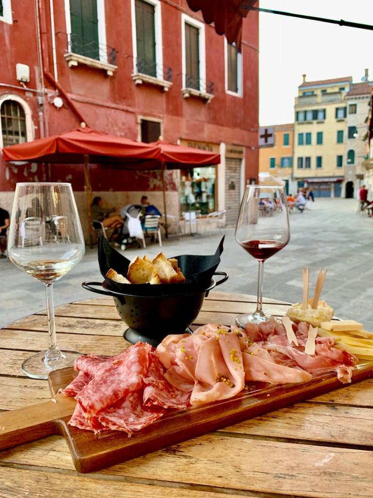 Lekker eten in Venetie doe je bij La Bottiglia een super leuke wijnbar in Venetie