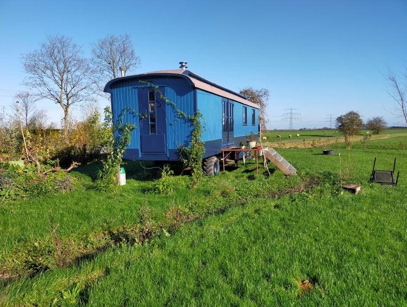Sfeervol overnachten in Groningen? Verblijf in deze leuke pipowagen natuurhuisje in Sauwerd op het Groningse platteland