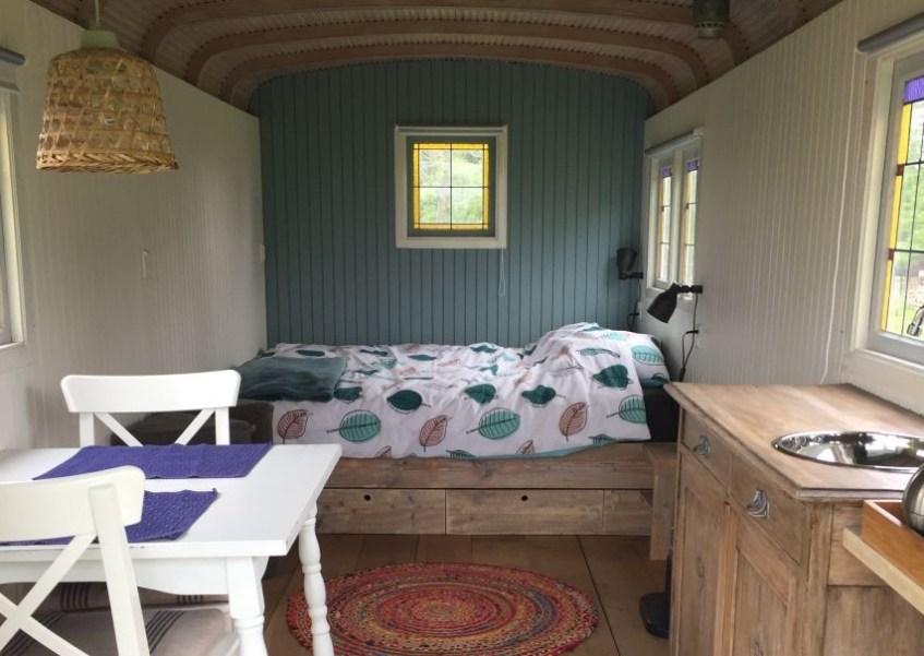 Sfeervol overnachten in Groningen? Verblijf in deze leuke pipowagen natuurhuisje in Niebert op het Groningse platteland