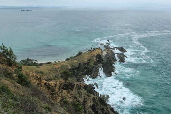 De ruige zee voor de kust bij Cape Bay