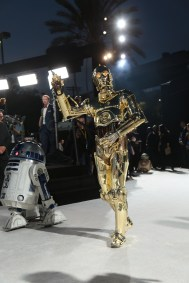 R2-D2 and C-3PO arrive on the red carpet for the world premiere of LucasfilmÕs Star Wars: The Last Jedi at the Shrine Auditorium in Los Angeles, December 9, 2017.(Photo: Alex J. Berliner / ABImages ).