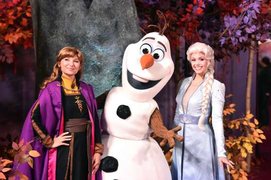 """HOLLYWOOD, CALIFORNIA - NOVEMBER 07: (L-R) Anna, Olaf, and Elsa attend the world premiere of Disney's """"Frozen 2"""" at Hollywood's Dolby Theatre on Thursday, November 7, 2019 in Hollywood, California. (Photo by Alberto E. Rodriguez/Getty Images for Disney)"""