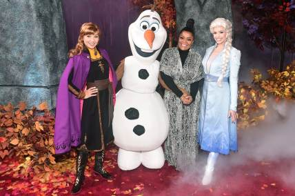 "HOLLYWOOD, CALIFORNIA - NOVEMBER 07: (L-R) Anna, Olaf, Yvette Nicole Brown, and Elsa attend the world premiere of Disney's ""Frozen 2"" at Hollywood's Dolby Theatre on Thursday, November 7, 2019 in Hollywood, California. (Photo by Alberto E. Rodriguez/Getty Images for Disney)"