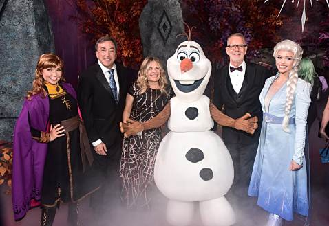 "HOLLYWOOD, CALIFORNIA - NOVEMBER 07: (L-R) Anna, Producer Peter Del Vecho, Director/writer/Walt Disney Animation Studios CCO Jennifer Lee, Olaf, Director Chris Buck, and Elsa attend the world premiere of Disney's ""Frozen 2"" at Hollywood's Dolby Theatre on Thursday, November 7, 2019 in Hollywood, California. (Photo by Alberto E. Rodriguez/Getty Images for Disney)"