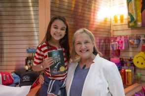 Ariana Greenblatt and book author Katherine Applegate on the set of Disney's THE ONE AND ONLY IVAN, directed by Thea Sharrock. Photo by Simon Mein. © 2020 Disney Enterprises, Inc. All Rights Reserved.