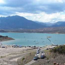 Embalse Potrerillos: large crane lifting boats out of the water