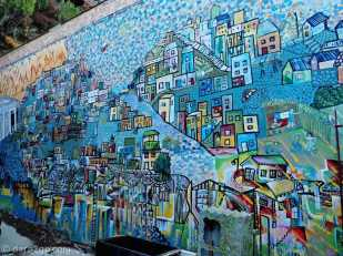 StreetArt in Valparaiso on Calle Ecuador in a side yard: Valpo itself depicted in this mural