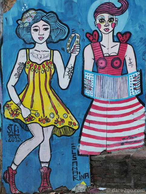 small StreetArt in Valparaiso on a street corner of Calle Ecuador: two female musicians