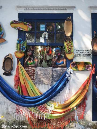 One of the colourful tourist shops in Paraty. The black busts, leaning in the window, are a rather popular item in Brazil – you can find them everywhere!