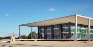 Brasilia: the Supreme Court, which is facing the Palácio do Planalto, the presidential office (like a guard?). I found it interesting how Oscar Niemeyer gave this building a light and floating look. The foundations of the main building are tiled in black, thus they almost disappear under the suspended concrete verandah.
